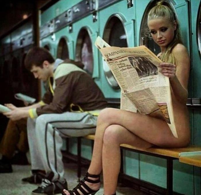 mulher nua na lavanderia